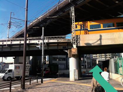 5. 近鉄と新幹線の高架をくぐり抜けます。