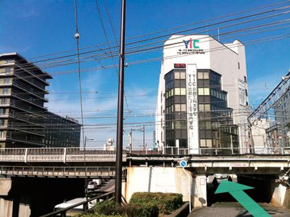 6. JRの線路の先にYIC京都の校舎が見えてきます。正面玄関まで残り数歩で到着。