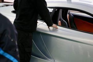 ボディにはドアノブはなく、エンジンのエアインテークに続くスリットの内側をタブレットに触れるように撫でるとドアロックが解除されます。