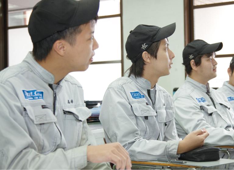 職業実践専門課程として多くの企業の支援のもと実践的な高度な整備技術を学べます。
